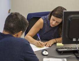 Un ciutadà fa una consulta en una oficina municipal