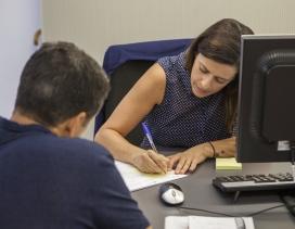 Un ciudadano realiza una consulta en una oficina municipal
