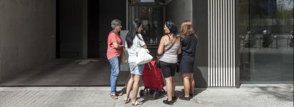 Un grup de dones davant la façana d'un edifici