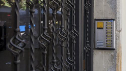 Porta exterior d'un edifici d'habitatges