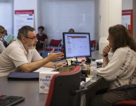 Un hombre realiza una consulta en una oficina de la vivienda.