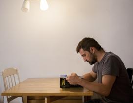 Un chico lee un libro sentado a una mesa