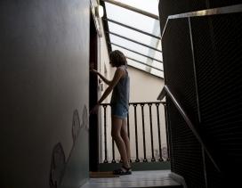 Una dona tanca la porta de casa seva
