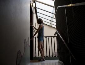 Una mujer cierra la puerta de su casa