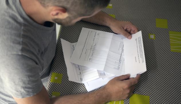 Un hombre consulta sus facturas